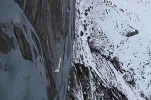ein schneebedeckter Weg in den Bergen