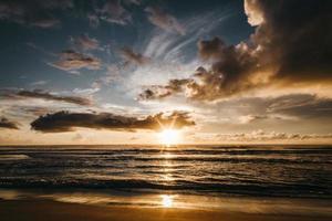 herrlicher Sonnenuntergang über dem wehenden Meer foto
