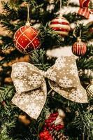 graues und braunes Weihnachtsbandbaumdekor