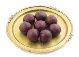 indisches süßes schwarzes gulab jamun essen