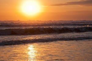 schöne Seelandschaft mit großen Wellen bei Sonnenuntergang foto