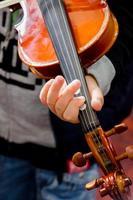 Detail der Geige, die von einem Kindermusiker gespielt wird foto