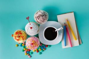 Cupcakes mit bunten Konfetti und Kaffeetasse foto