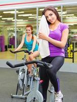 zwei Mädchen im Fitnessclub
