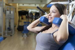 fit Frauen im Fitnessstudio