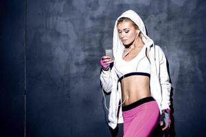 attraktive Fitnessfrau, die Musik hört