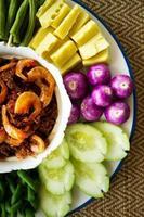 Sauce aus Garnelenpaste und Chili mit frischem Gemüse