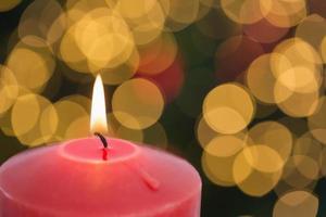 große rote Kerze brennt hell foto
