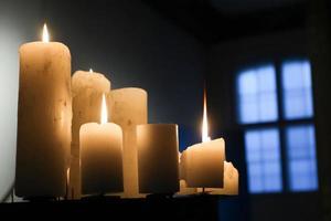 Gruppe brennender Kerzen foto