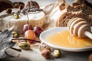 Vorspeise Wein Käsebrot und Honig foto