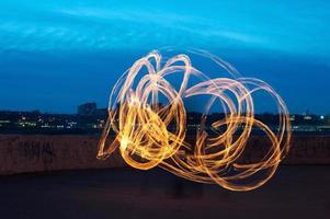 Präsentation mit feurigen Lichtmalstreifen foto
