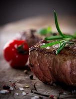 Rindersteak gekocht und garniert foto