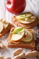 leckere Sandwiches mit Erdnussbutter und Apfel vertikal