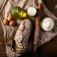Stilllebenfoto von Brot und Mehl mit Milch, Eiern