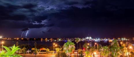 Blitz über dem Yachthafen