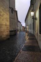Blitzschlag über leere Straße in Prag