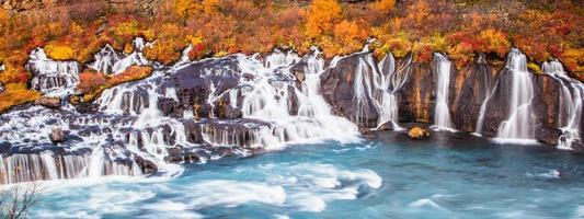 bunter Wasserfall in Island