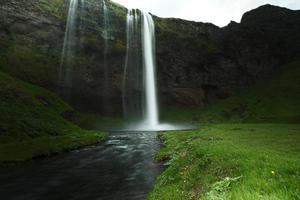 Langzeitbelichtung Seljalandsfoss Wasserfall und Fluss, Südisland