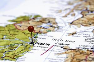 Dublin auf einer Karte von Europa gepinnt