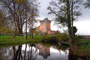 Ross Castle spiegelt sich am Fluss
