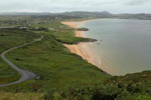 der sandstrand von portsalon in irland