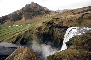 berühmter Skogafoss-Wasserfall in Island in der Abenddämmerung