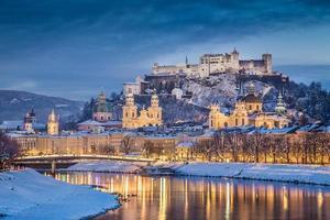 historische stadt salzburg im winter in der dämmerung österreich
