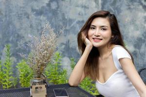 asiatische Frau sitzt in einem Café foto