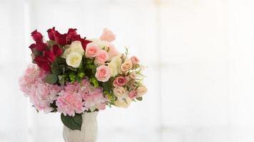 künstliche Blumen in einer Vase foto