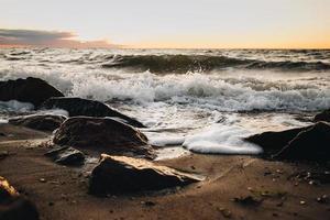 Meereswellen, die an Land krachen