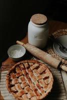 Kuchen auf einem Tisch in der Nähe von Backutensilien
