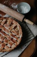 gebackene Torte auf braunem Holztisch
