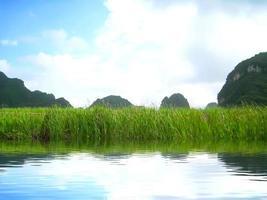 Landschaft mit Berg und Fluss, Trang An, Ninh Binh, Vietnam