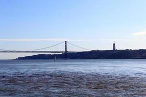 25 de abril Brücke und Christus der König Statue