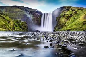 Langzeitbelichtung des Skogafoss-Wasserfalls in Island in der Abenddämmerung