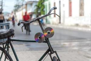 alte CDs oder DVDs, die in Kuba als Fahrradreflektoren verwendet werden