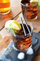 zwei Gläser Kuba Libre Cocktail