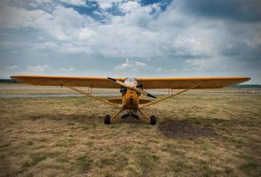 Flugzeug wartet auf einen Start, auf Gras