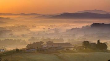 toskanische Landschaft bei Sonnenaufgang