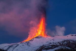 Der Vulkan Ätna produziert während des weiteren Ausbruchs einen Lavabrunnen.