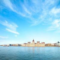 Parlamentsgebäude in Budapest, Ungarn an einem sonnigen Tag