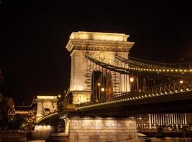 Kettenbrücke in Budapest, Ungarn in der Nacht