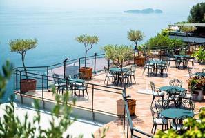 leeres Open-Air-Restaurant foto