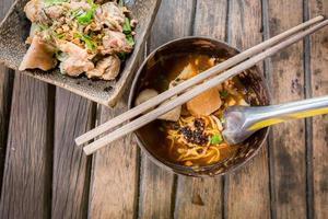 würzige Suppe mit Schweinefleischnudeln nach thailändischer Art, Tom Yum