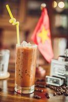 vietnamesischer Eiskaffee mit Kaffeebohnen foto