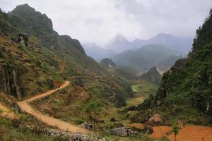 Berge und Reisfelder in der Nähe von Dong Van in Ha Giang, Vietnam.