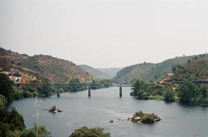 Flusstal mit Eisenbahnbrücke