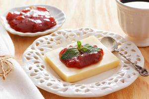 brasilianisches Dessert Romeo und Julia, Goiabada-Marmelade, Käse foto