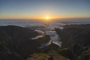 Sonnenaufgang über Madeira am Gipfel des Pico do Arieiro