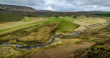 Blick auf ein isländisches Tal von einem Berg oben